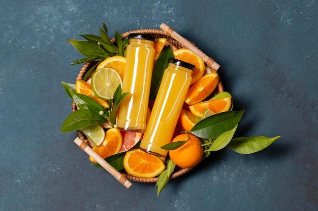 Bovenaanzicht sinaasappelen en sap