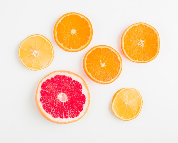 Bovenaanzicht sinaasappels en granaatappels