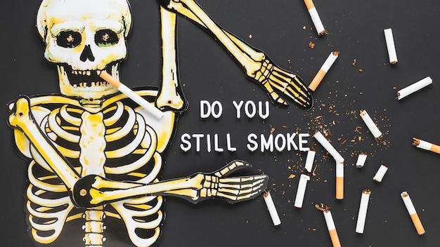 Bovenaanzicht skelet met sigaretten