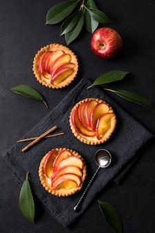 Bovenaanzicht smakelijk appeldessert klaar om te worden geserveerd