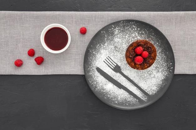 Bovenaanzicht smakelijk dessert klaar om te worden geserveerd
