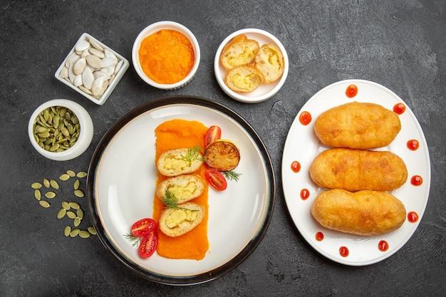 Bovenaanzicht smakelijke aardappel hotcakes met gepureerde pompoen en zijn zaden op grijze achtergrond cake pie hotcake aardappelmeel olie