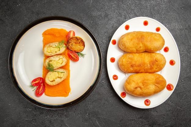 Bovenaanzicht smakelijke aardappeltaarten met hotcakes op grijze achtergrond bak oven kleur schotel rijp diner