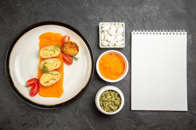 Bovenaanzicht smakelijke aardappeltaarten met pompoen op de grijze achtergrond bak oven kleur schotel taart taart