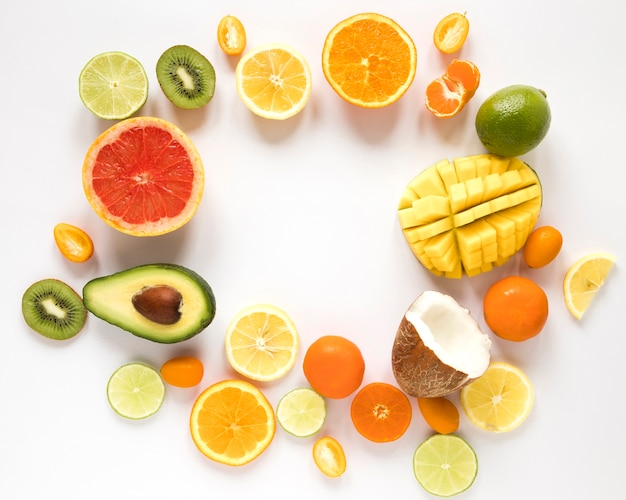 Bovenaanzicht smakelijke ananas met oranje avocado op tafel