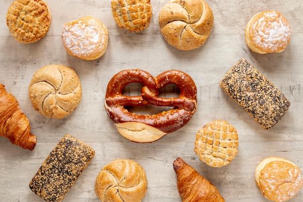 Bovenaanzicht smakelijke bagels met zaden en brood