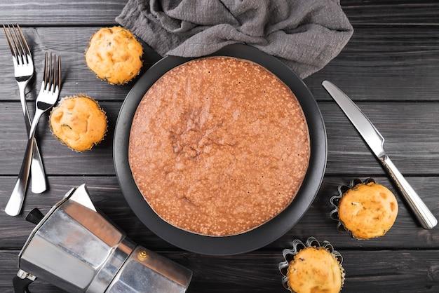 Bovenaanzicht smakelijke cake op de tafel met muffins