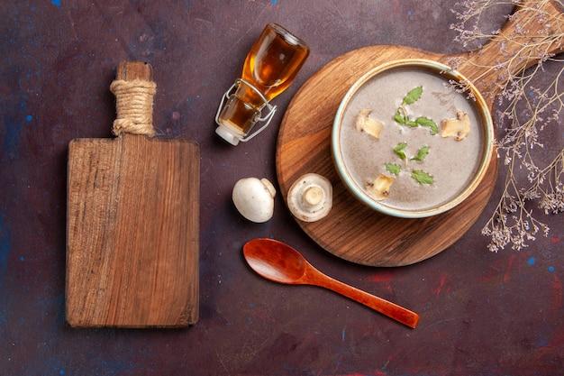 Bovenaanzicht smakelijke champignonsoep binnen plaat op donker bureau soep groenten maaltijd diner eten