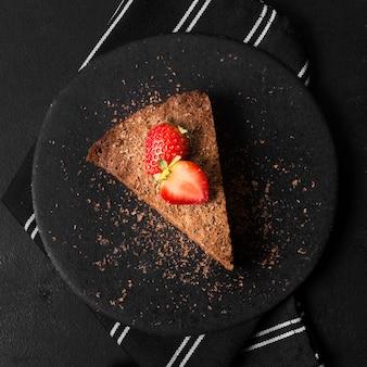 Bovenaanzicht smakelijke chocoladetaart met aardbei