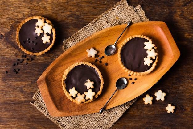 Bovenaanzicht smakelijke chocoladetaarten klaar om te worden geserveerd