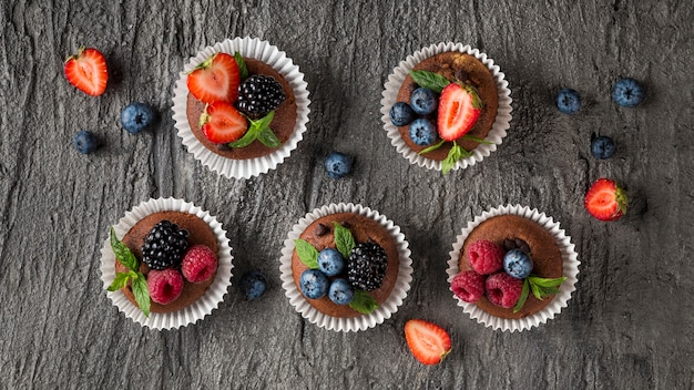 Bovenaanzicht smakelijke cupcake op houten achtergrond