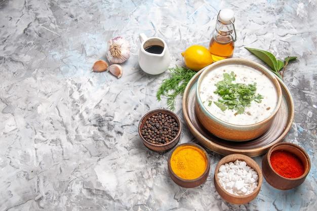Bovenaanzicht smakelijke dovga yoghurtsoep met greens op witte tafel melksoep zuivel