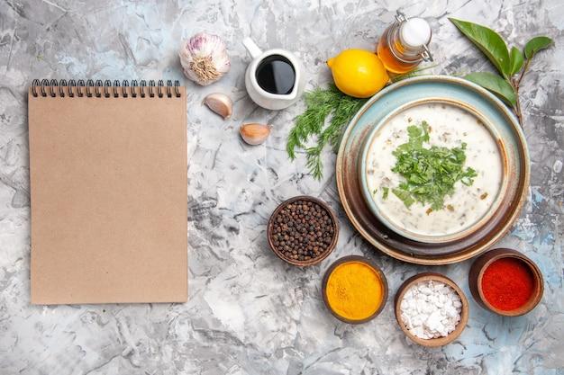 Bovenaanzicht smakelijke dovga yoghurtsoep met greens op witte tafel melksoep