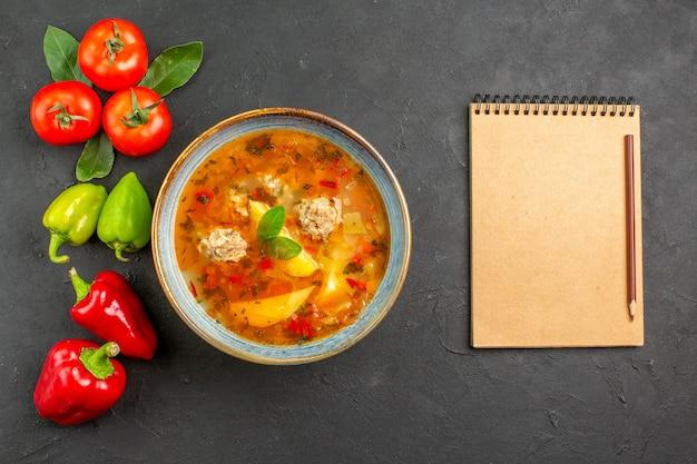 Bovenaanzicht smakelijke gehaktballen soep met groenten op de donkere tafel saus schotel kleuren
