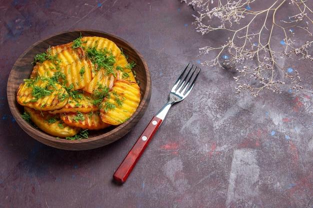 Bovenaanzicht smakelijke gekookte aardappelen met groen in bruine plaat op donkere ondergrond maaltijdschotel koken cips diner aardappel