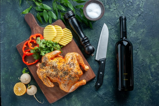 Bovenaanzicht smakelijke gekookte kip gekruid met aardappelen op donkere achtergrond vlees kleur gerecht maaltijd diner eten restaurant