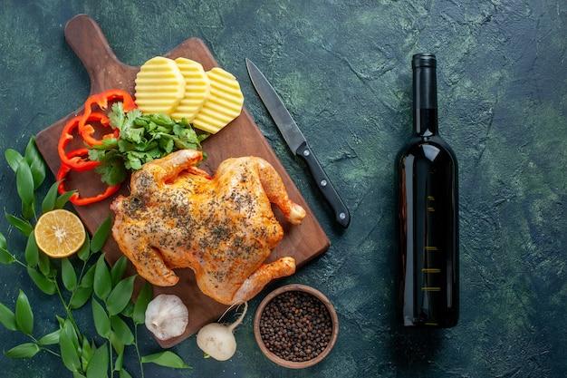 Bovenaanzicht smakelijke gekookte kip gekruid met aardappelen op donkere achtergrond vleeskleur schotel diner restaurant barbecue eten