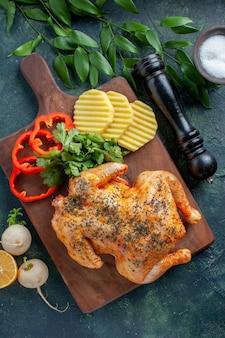 Bovenaanzicht smakelijke gekookte kip gekruid met aardappelen op een donkere achtergrond vleeskleur schotel maaltijd barbecue diner eten restaurant