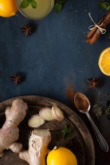 Bovenaanzicht smakelijke gember met citroen op de tafel