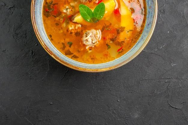 Bovenaanzicht smakelijke groentesoep met vlees en aardappelen op donkere tafel schotel foto maaltijd eten