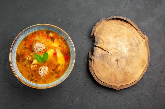 Bovenaanzicht smakelijke groentesoep met vlees en aardappelen op donkere tafel schotel maaltijd eten