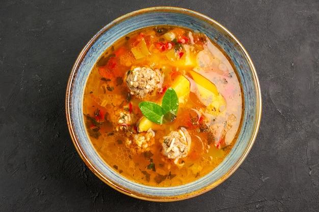 Bovenaanzicht smakelijke groentesoep met vlees en aardappelen op donkere tafel schotel plaat maaltijd eten