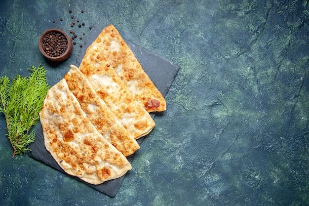Bovenaanzicht smakelijke gutabs dunne heerlijke hotcakes met vlees op donkere achtergrond gebak bak taart taart kleur deeg maaltijd
