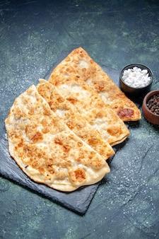 Bovenaanzicht smakelijke gutabs dunne hotcakes met gemalen vlees op donkerblauwe achtergrondkleur hotcake deeg maaltijd oven taart gebak cake