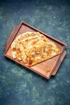 Bovenaanzicht smakelijke gutabs dunne hotcakes met vlees binnen bureau op donkere achtergrond kleur hotcake deeg maaltijd oven taart gebak taarten
