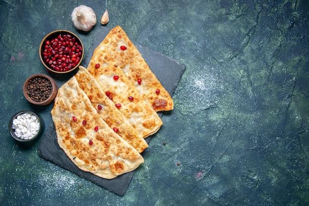 Bovenaanzicht smakelijke gutabs hotcakes met vlees en granaatappels op donkere achtergrond hotcake gebak kleur deeg taart cake maaltijd oven