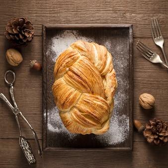 Bovenaanzicht smakelijke handgemaakte cake op een bakplaat