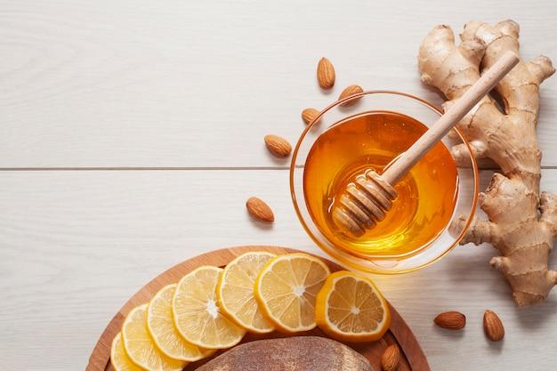 Bovenaanzicht smakelijke honing met gember en citroen