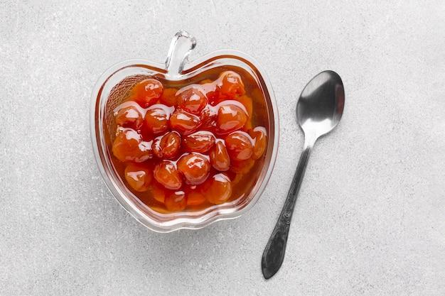 Bovenaanzicht smakelijke jam in appelvormige kom
