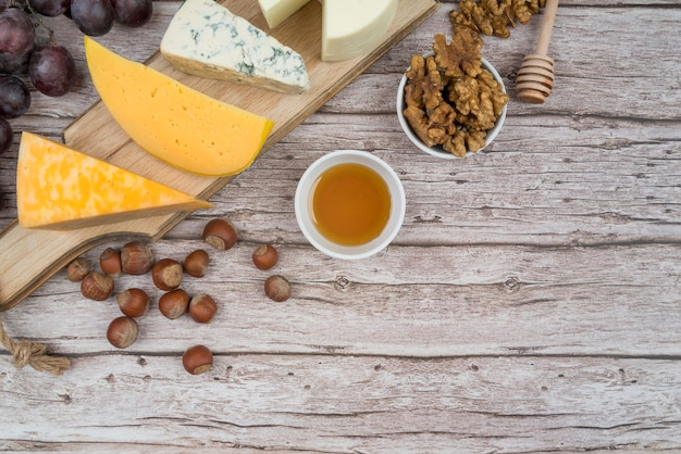 Bovenaanzicht smakelijke kaas op de tafel met kopie ruimte
