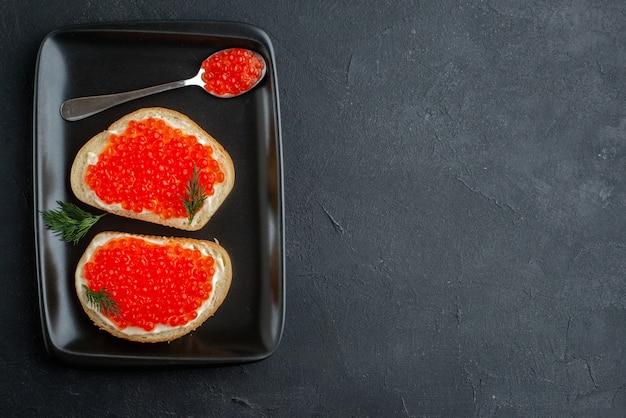 Bovenaanzicht smakelijke kaviaar sandwiches in plaat.