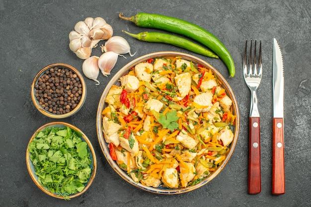 Bovenaanzicht smakelijke kipsalade met groenten