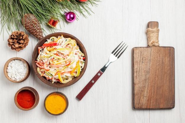 Bovenaanzicht smakelijke kipsalade met kruiderijen op wit bureau vlees verse maaltijd snacksalade