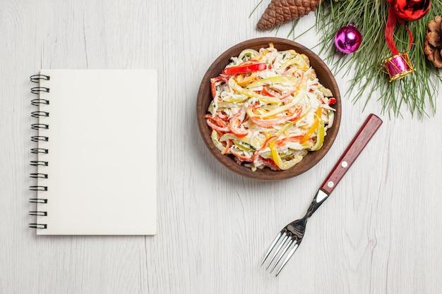 Bovenaanzicht smakelijke kipsalade met mayonaise en gesneden groenten op witte bureau verse salade vleesmaaltijd snack