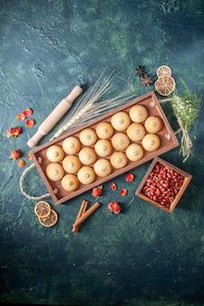 Bovenaanzicht smakelijke koekjes in houten kist op donkere achtergrond suikerkoekje biscuit taart zoete noot thee cake kleur