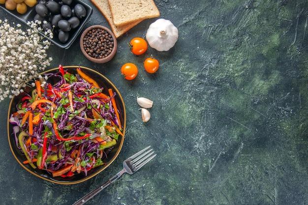 Bovenaanzicht smakelijke koolsalade met olijven en brood op donkere achtergrond voedsel brood vakantie snack dieet gezondheid maaltijd lunch