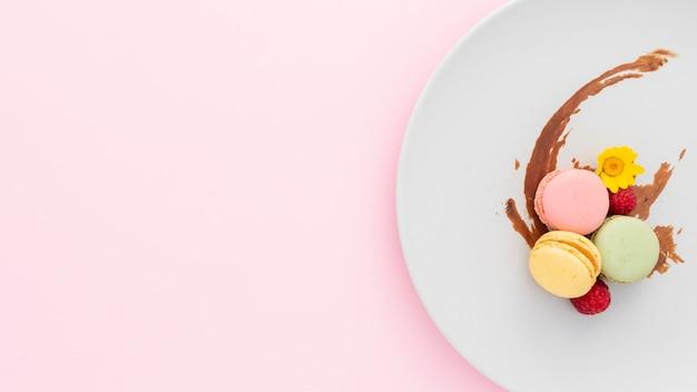 Bovenaanzicht smakelijke macarons met kopie ruimte