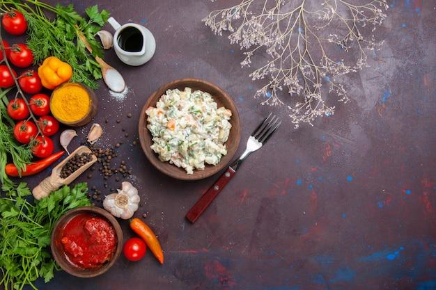 Bovenaanzicht smakelijke mayyonaise salade met greens en groenten op de donkere achtergrond maaltijdsalade snack lunch