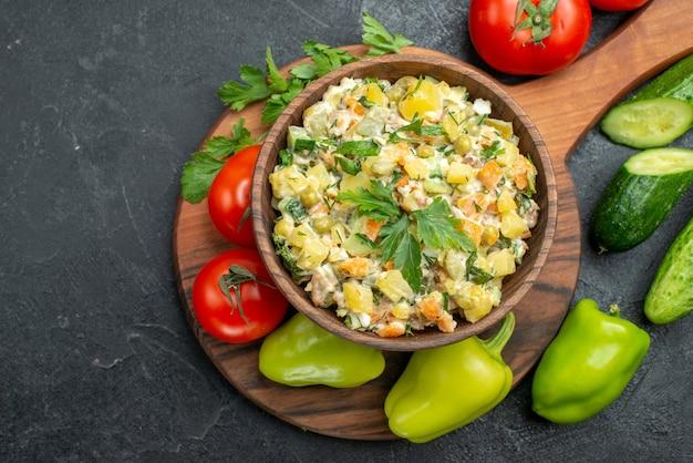 Bovenaanzicht smakelijke mayyonaise salade met verse groenten op grijs