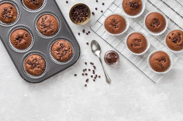 Bovenaanzicht smakelijke muffin en lepel
