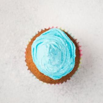 Bovenaanzicht smakelijke muffin met blauw glazuur