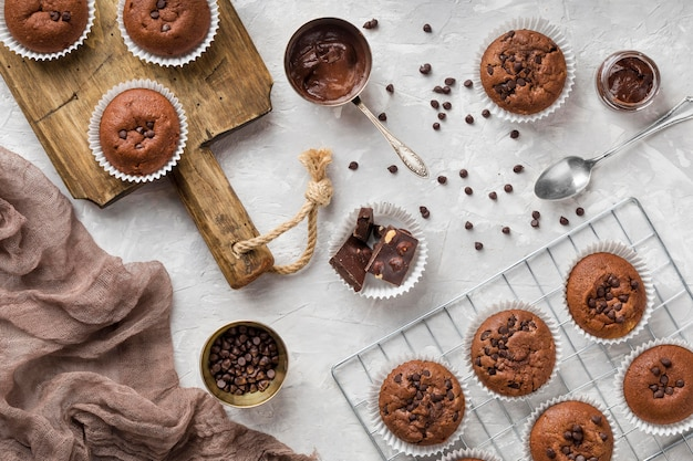 Bovenaanzicht smakelijke muffin met chocolade en chocoladeschilfers