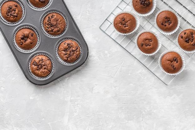 Bovenaanzicht smakelijke muffin met chocolade kopie ruimte