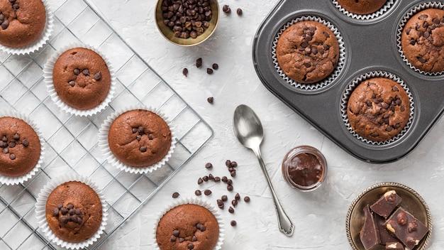 Bovenaanzicht smakelijke muffin met chocolade