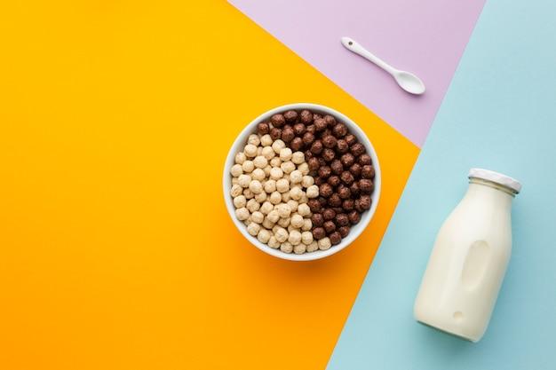 Bovenaanzicht smakelijke ontbijtgranen kom en melk