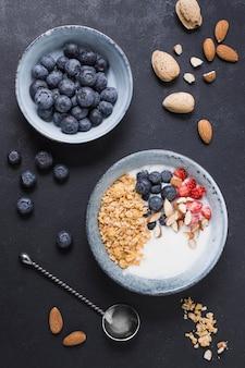 Bovenaanzicht smakelijke ontbijtkom met bosbessen